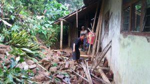 Longsor hampir menimpa rumah warga. Foto diambil oleh Murinto