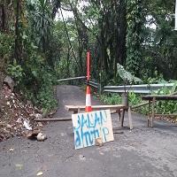 Akses jalan dari dan menuju Watukumpul ditutup dan dialihkan ke jalur alternatif dukuh pejarakan. Foto oleh Iin Rohati